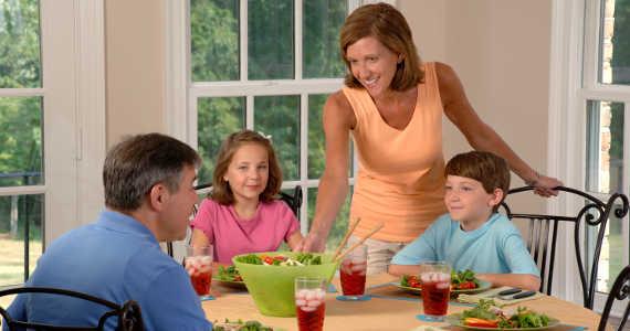 rodina stoluje